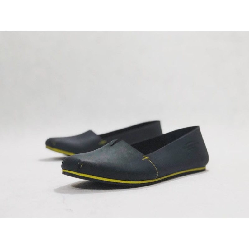 Pampa Fem handmade leather shoes fatty black matte details yellow